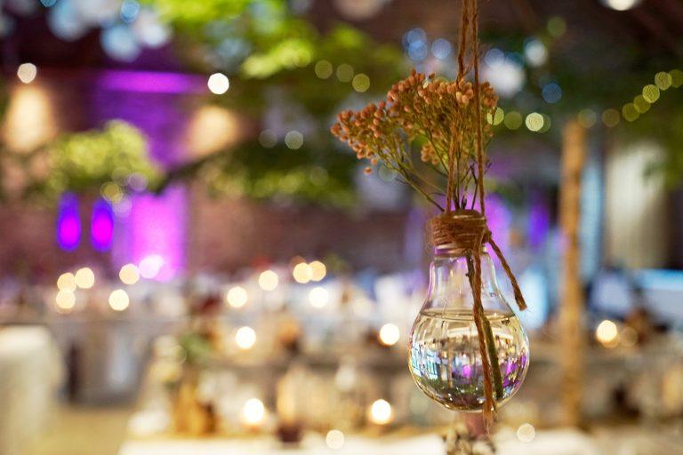 hängende Glühbirne mit Blume