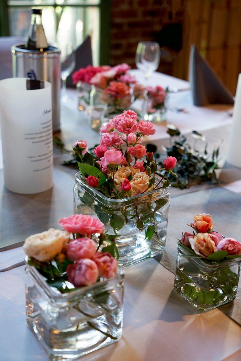 rosa rosen in Vasen
