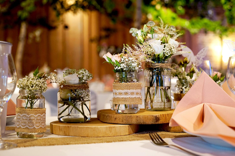 natürliche Tischdekoration in rosa weiß
