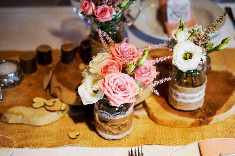 Tischdeko Vintage rosa weiß Holzscheiben